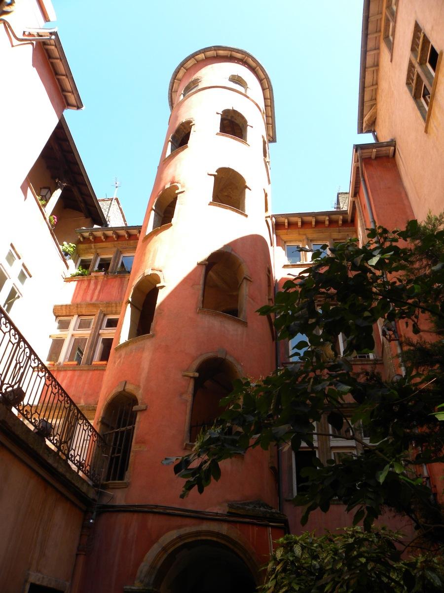 Lyon – Bücher an Wänden und ein rosa Turm zum Verlieben