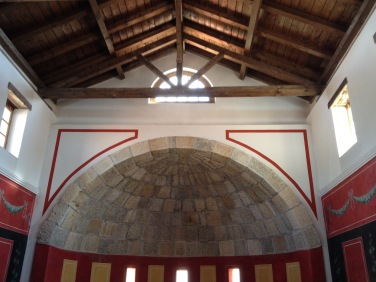 steinerne Halbkuppel und Wandmalereien