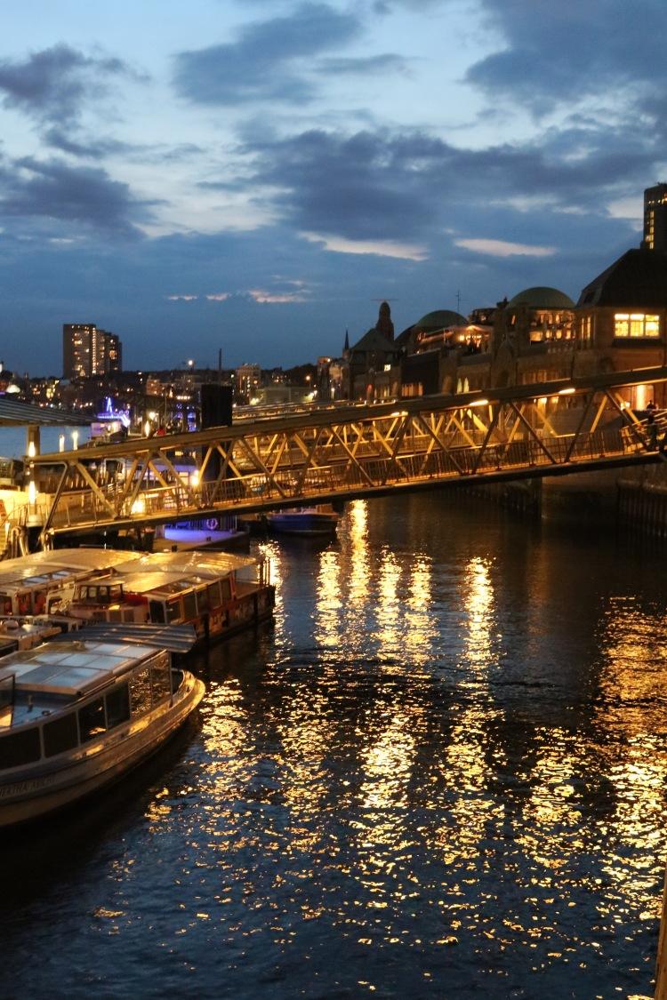 Hamburg_Hafen_Landungsbrücken_bei Nachtjpg
