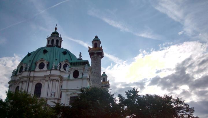 wolkenbild_karlskirche_wien.jpg