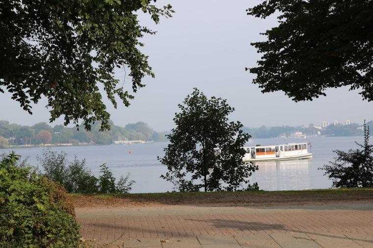 Spaziergang an der Außenalster in Hamburg