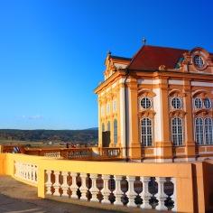 Hinter dieser schönen Fassade befindet sich die Stiftsbibliothek.