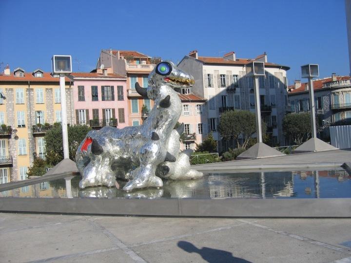 Loch Ness Monster Skulptur vor dem Mamac in Nizza