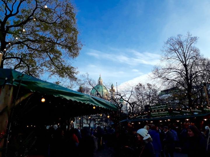 Weihnachtsmarkt am Karlsplatz mit Karlskirche