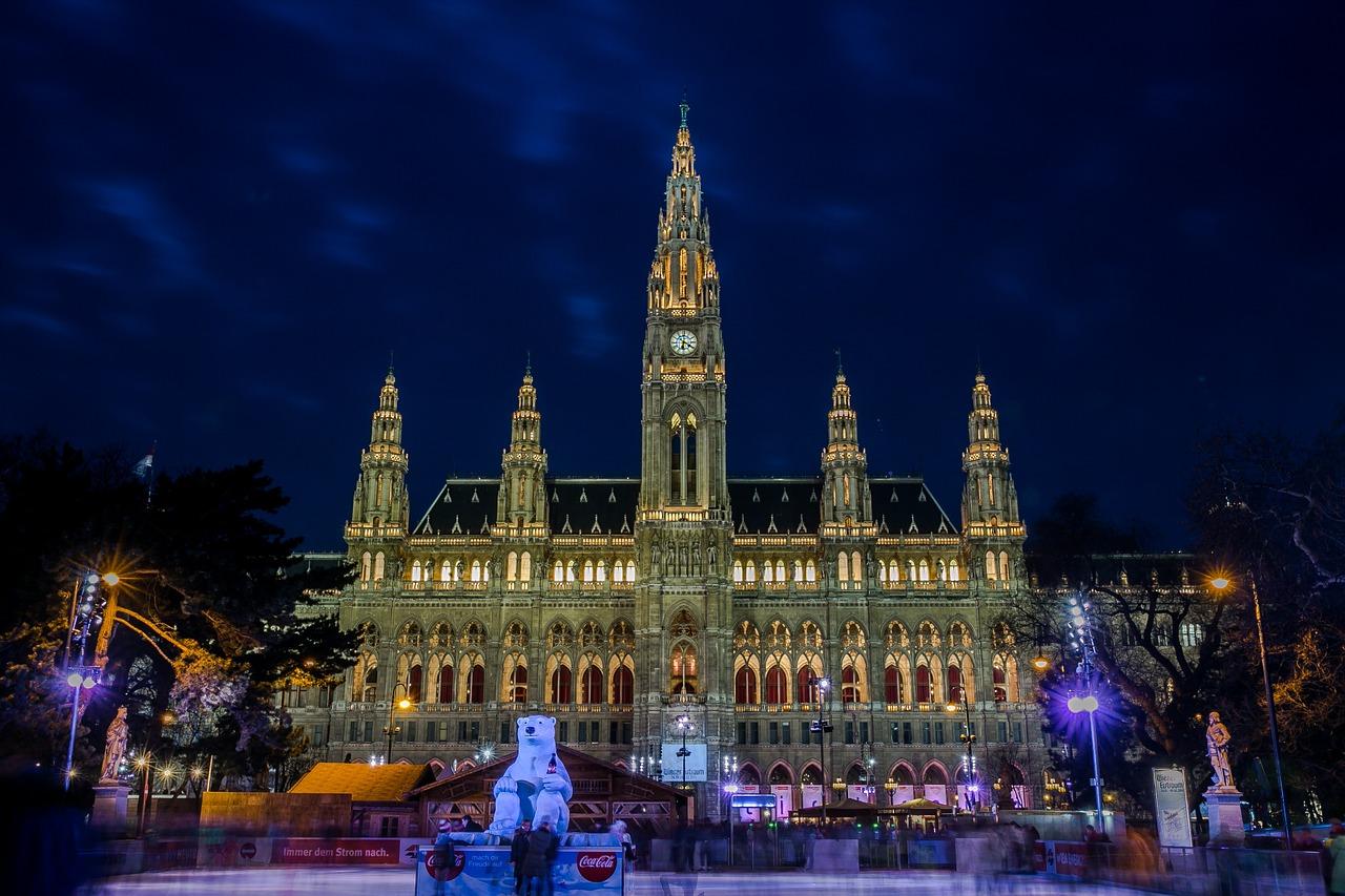 Rathaus mit Eislaufplatz in Wien_Wiener Eistraum