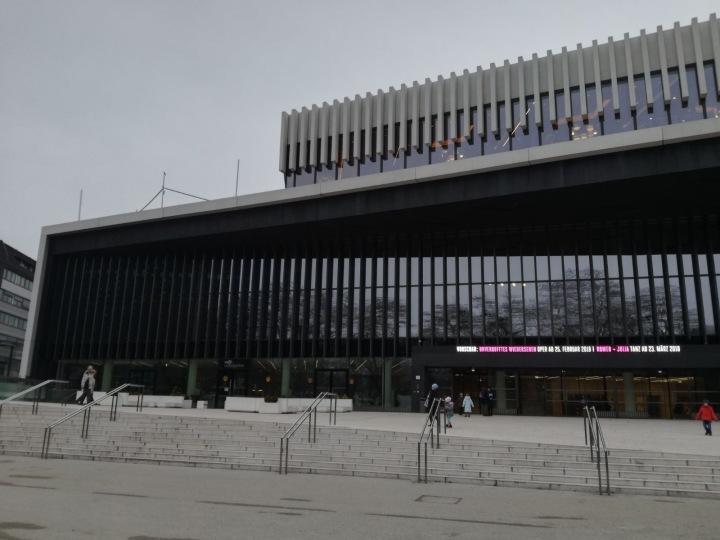 Das Musiktheater Linz von außen im Februar