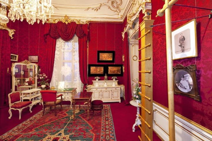 Kaiserappartements_Turn-_und_Toilettezimmer_der_Kaiserin_Elisabeth__c__SKB__Foto_Lois_Lammerhuber
