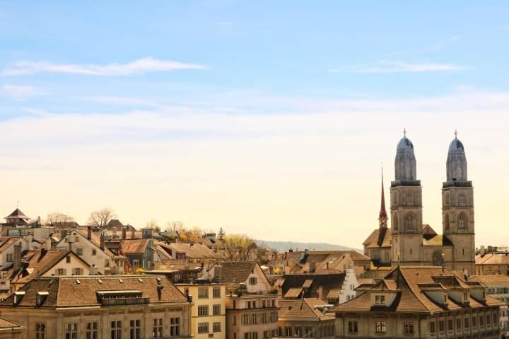 Blick auf Zürich und Grossmünster vom Lindenhof aus.jpeg