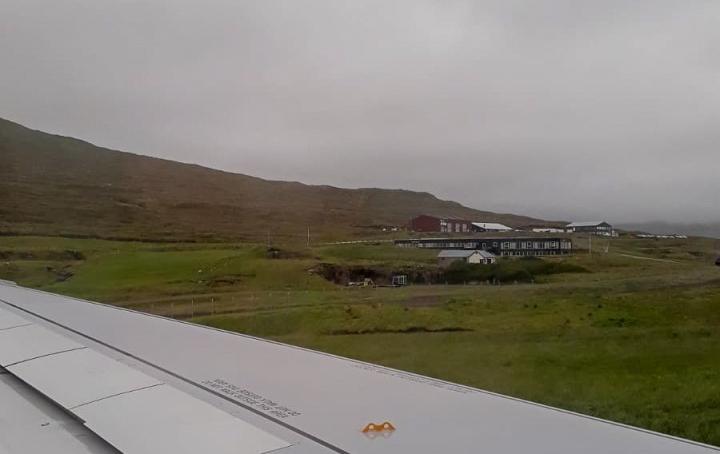 Landung auf den Färöer-Inseln mit Blick auf das Hotel Vágar