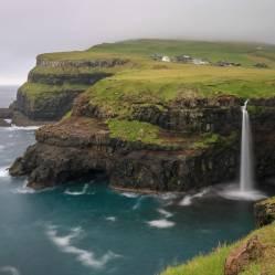 Der Múlafossur-Wasserfall in Gásadalur