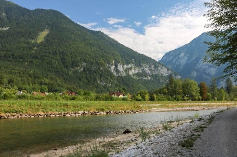 Wandern entlang der Traun mit wunderschöner Bergkulisse