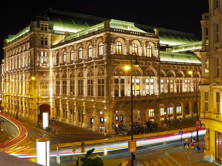 Staatsoper Wien bei Nacht mit Lichtspuren