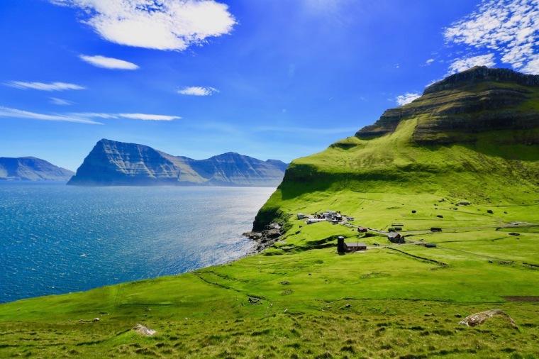 Insel Kalsoy_ Blick auf den Ort Trollanes_Färöer-Inseln