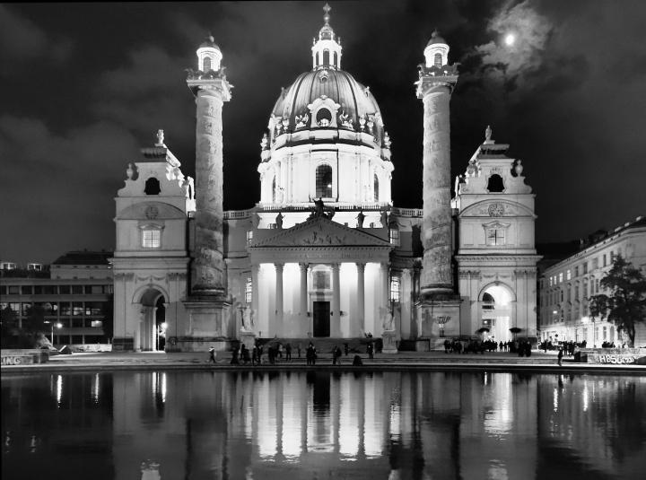 Karlskirche Wien bei Nacht.jpg