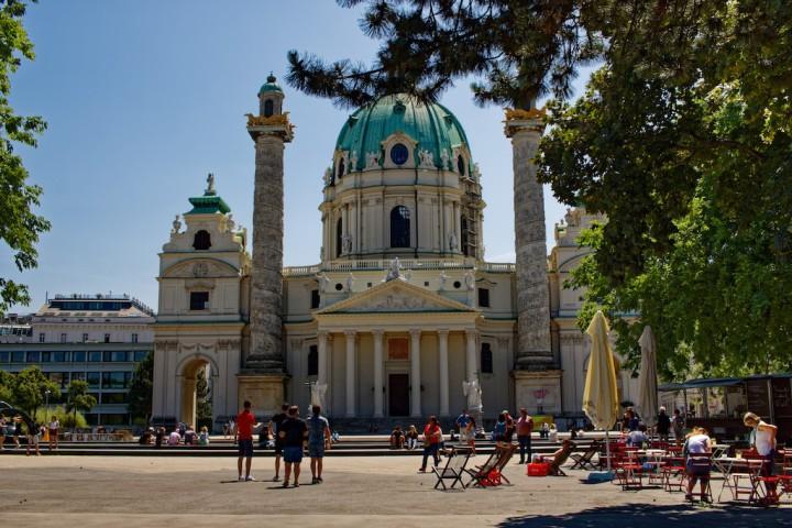 Karlskirche Wien im Sommer.jpg